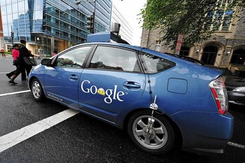Gã khổng lồ công nghệ Google đã tạo ra chiếc ôtô không người lái, sử dụng các cảm biến để giúp xe tự điều khiển