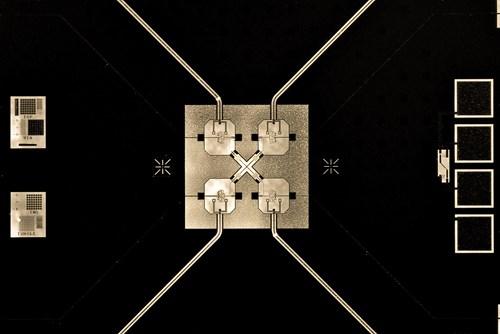 """Mô hình """"trói"""" ba qubit lại với nhau (Nguồn: Erik Lucero)"""