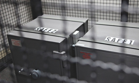 Những chiếc két bảo mật chứa những chiếc thẻ thông minh đặc biệt.